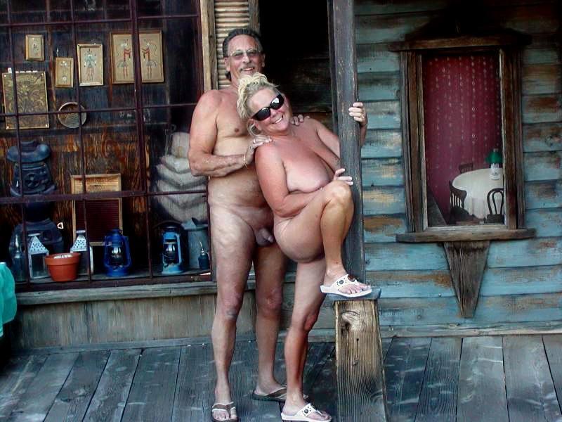 Семейное фото пожилых нудистов