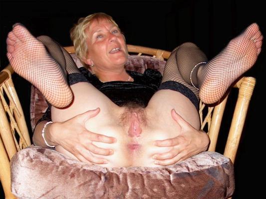 Лесбиянки лижут себе ноги оральный