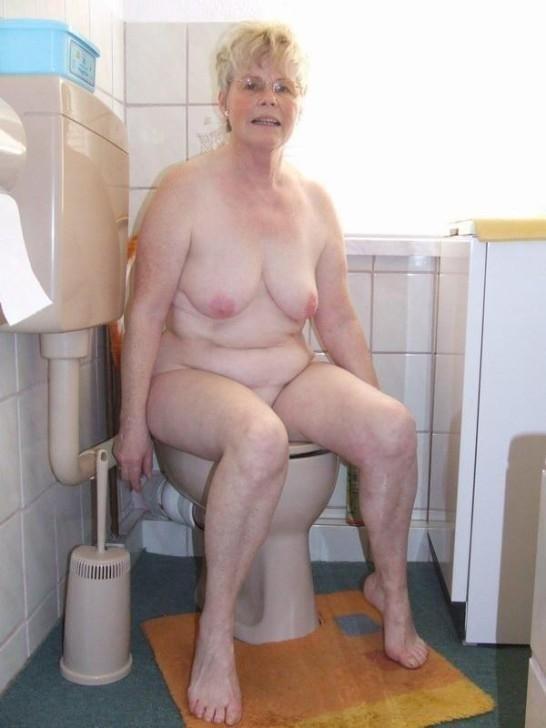 фото голі старушки в туалеті