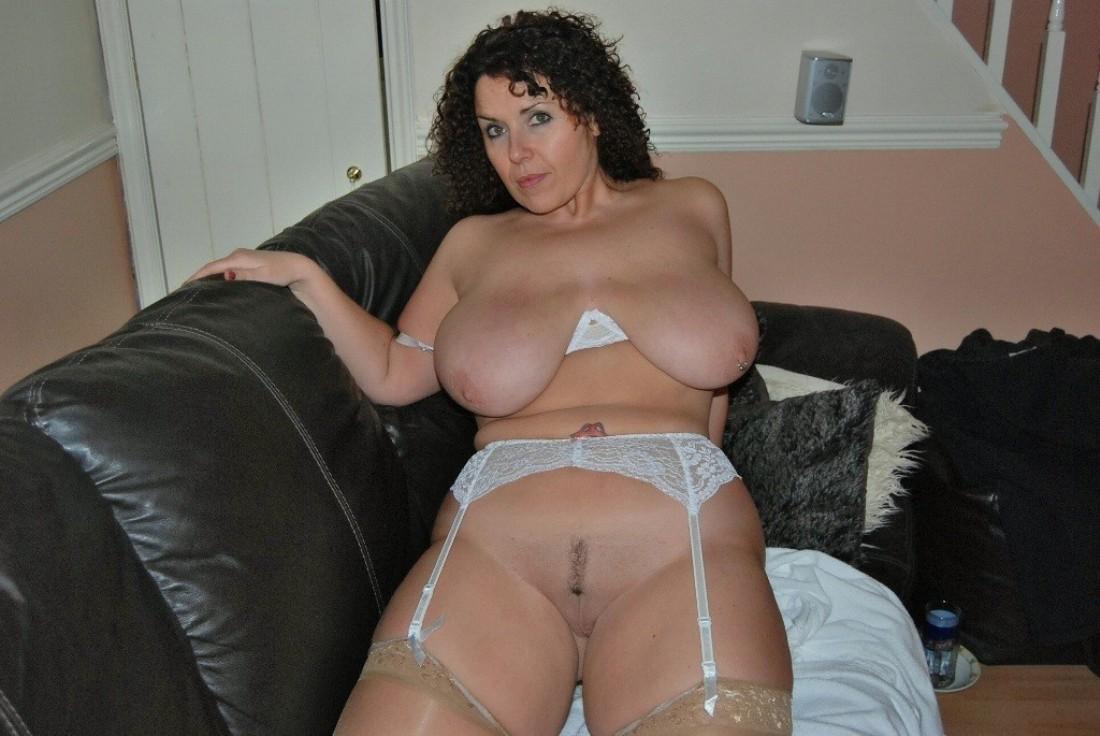 Ляжки большие порнография, девка показывает анал